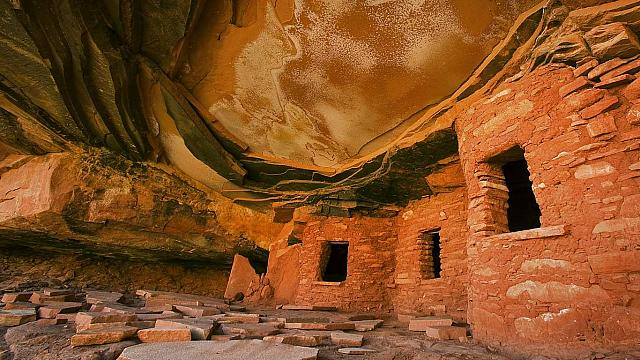The Ceiling House (also known as Falling Roof) at Cedar Mesa, Utah (© Dan Leffel/age fotostock)