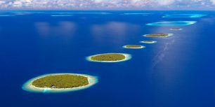 Aerial view of Southern Maalhosmadulu Atoll, Maldives (© Sakis Papadopoulos/Getty Images)