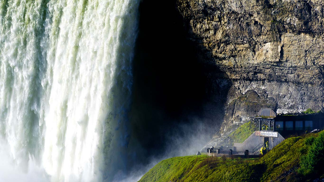 Tourists visiting Journey Behind the Falls, Horseshoe Falls, Ontario (© Alan Copson/info@awl-images.com/JAI/Corbis)