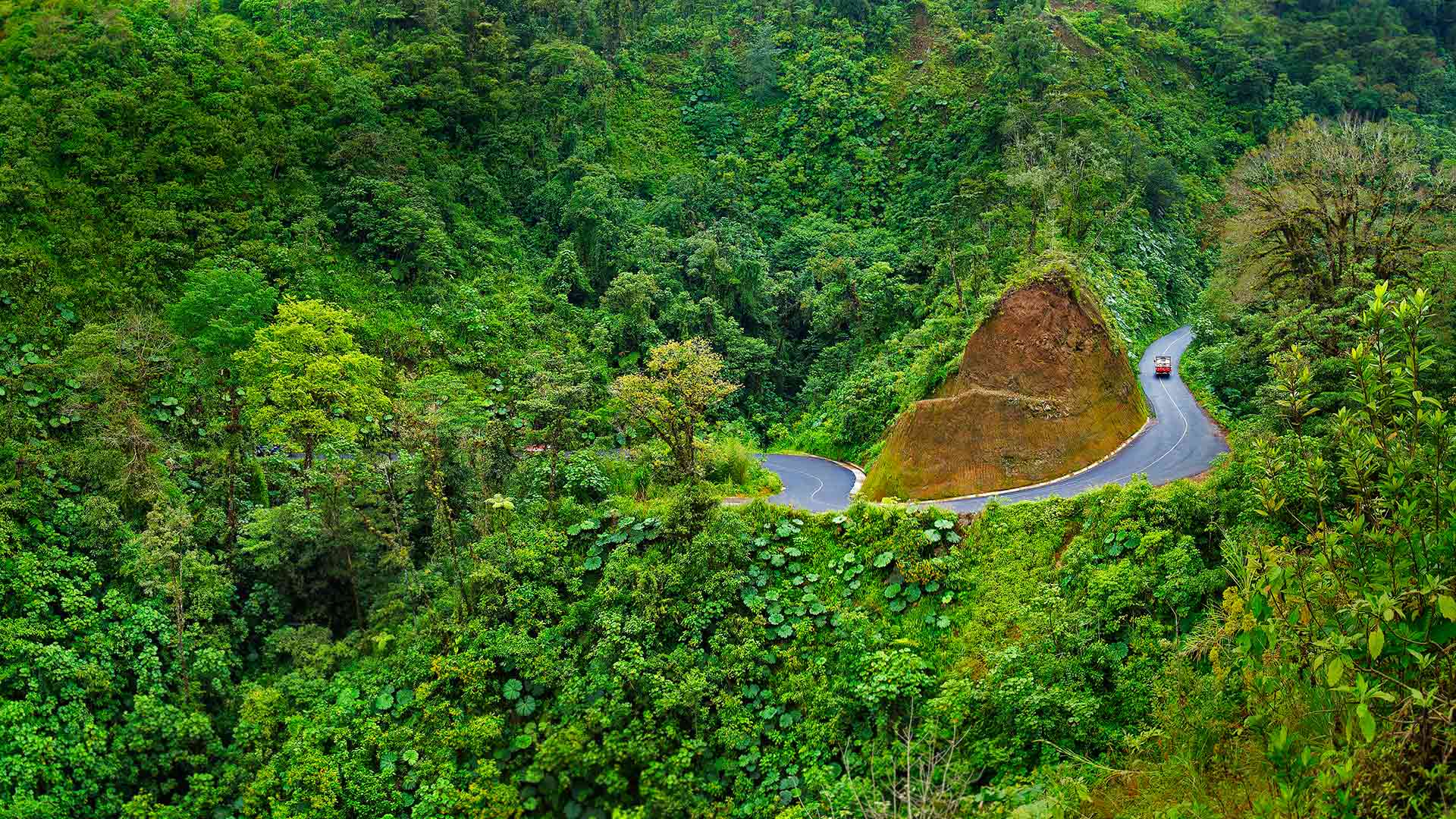 A road to Arenal Volcano National Park in Costa Rica (© Stefano Amantini/Corbis)