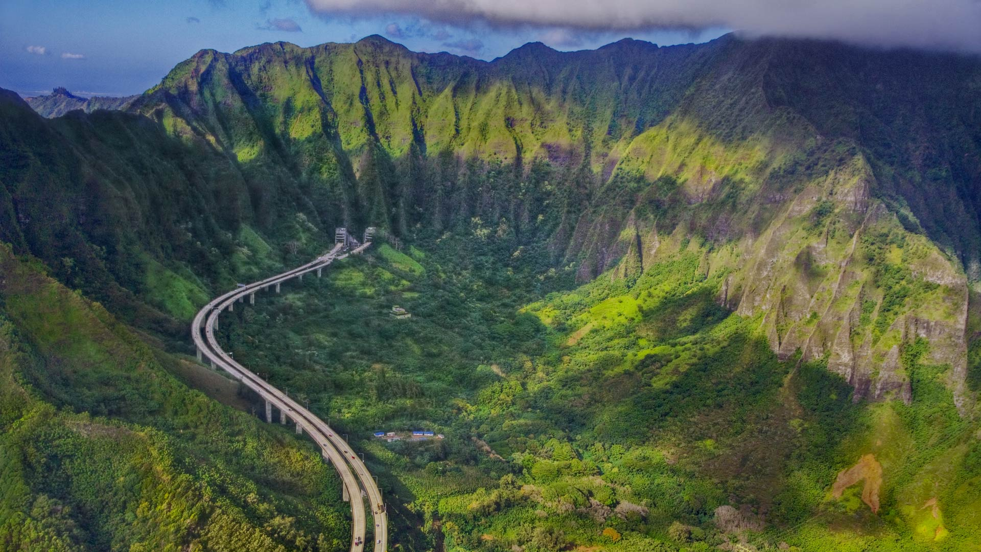 Interstate H-3 on the island of Oahu, Hawaii (© Royce Bair/Getty Images)