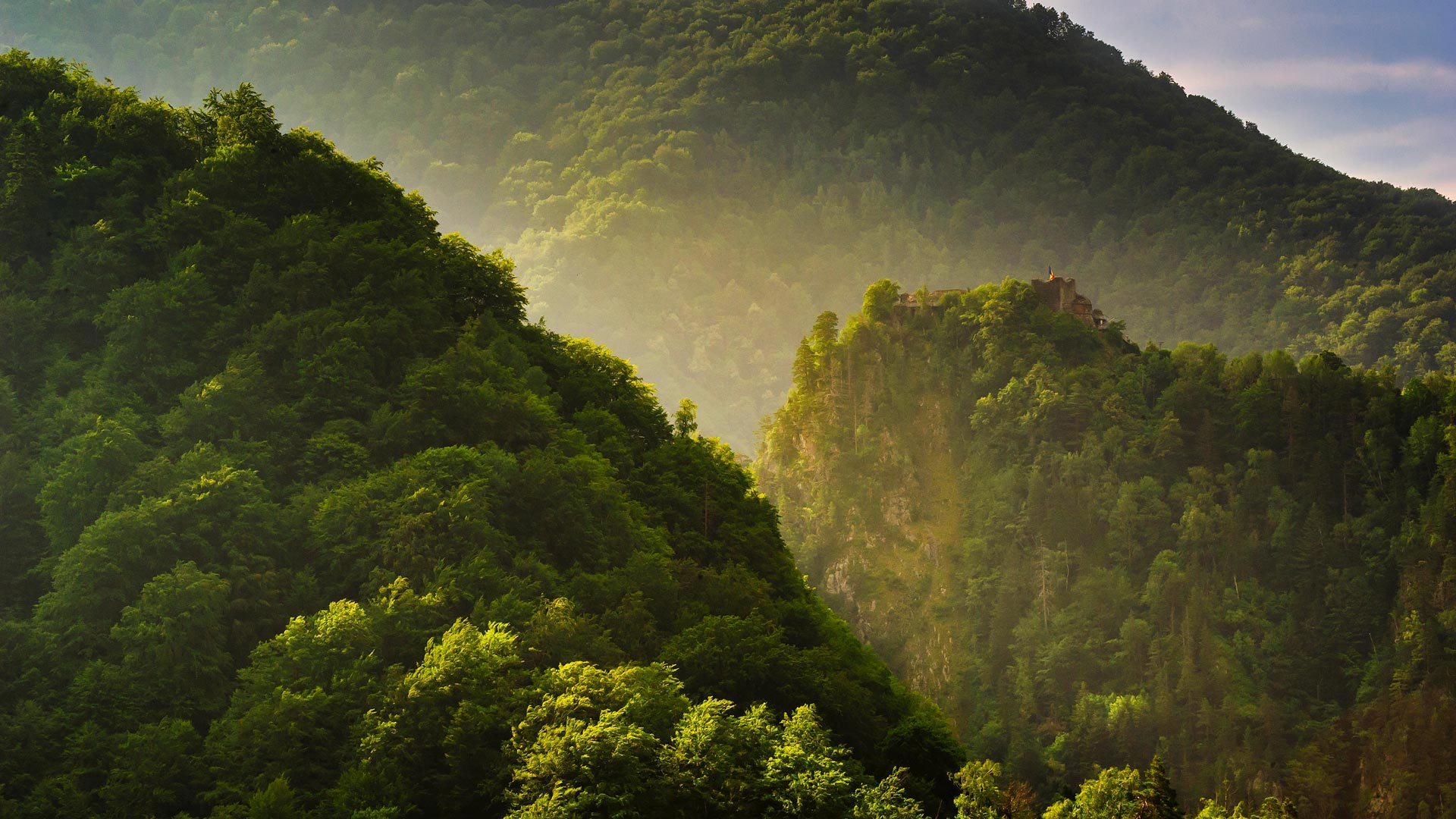 Poenari Castle in the Făgăraș Mountains of Romania (© Susanna Patras/Tandem Stills + Motion)