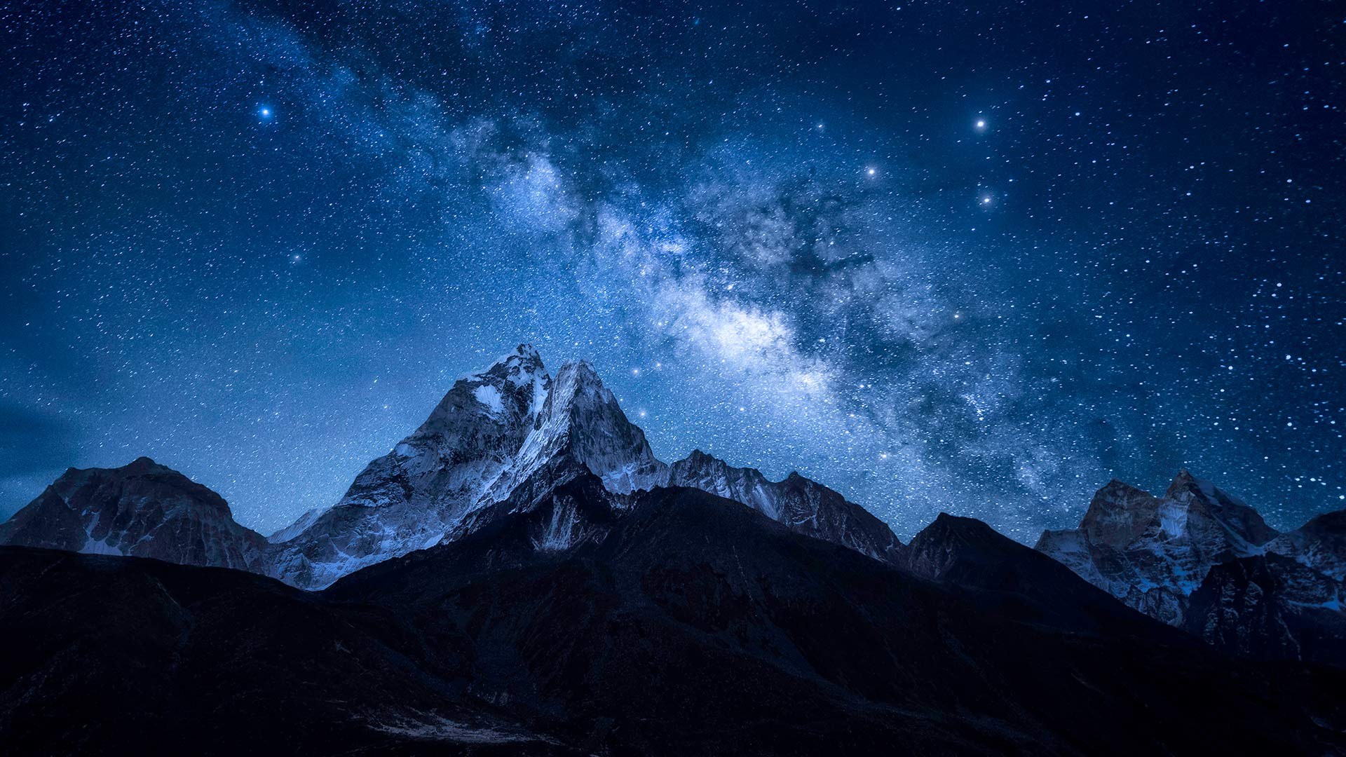 Milky Way over the Himalayan peak Ama Dablam in Nepal (© Weerakarn Satitniramai/Getty Images)