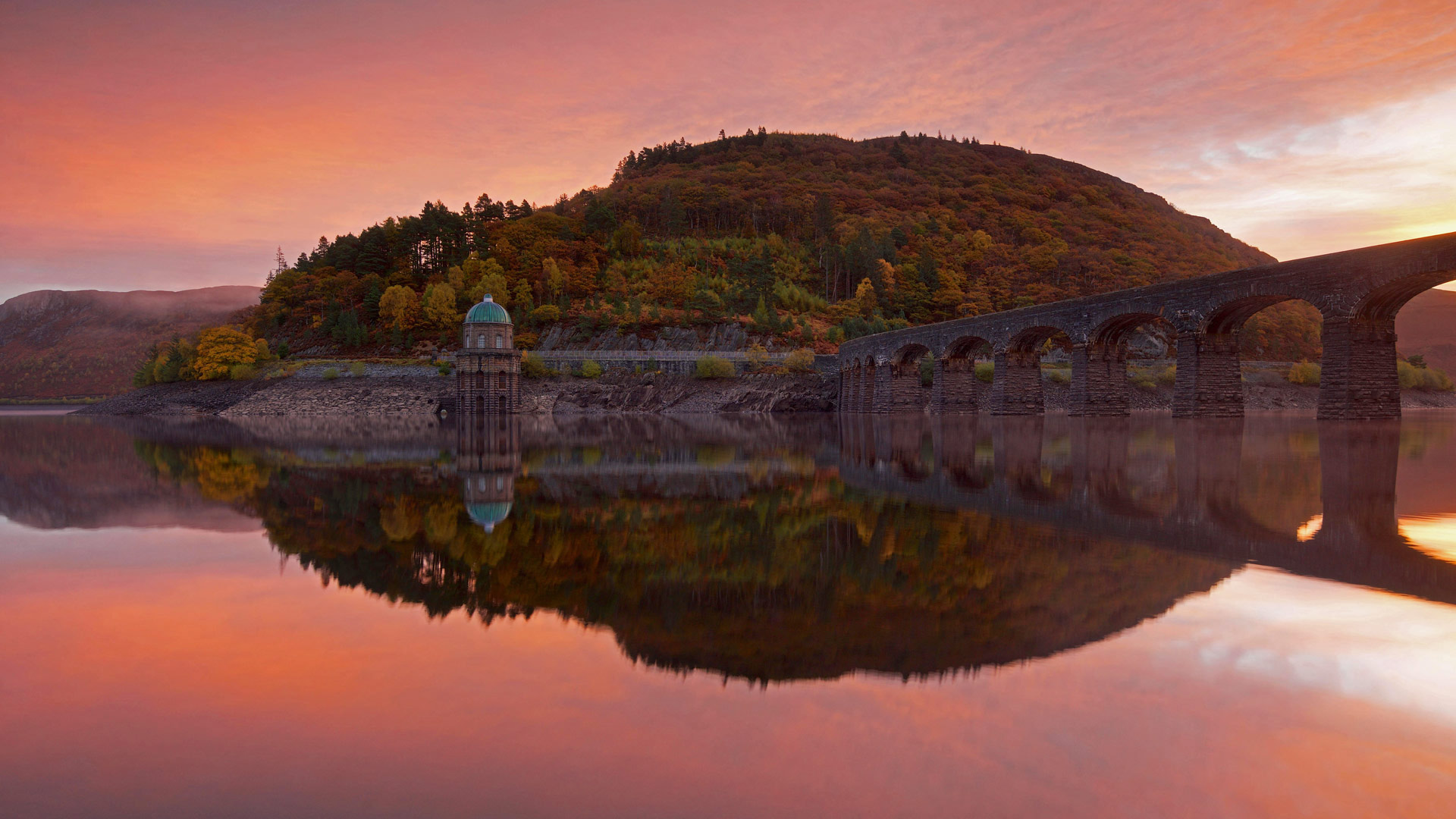 Garreg Ddu Dam in the Elan Valley of Wales (© Stephen Taylor/Alamy)
