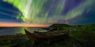 「ノーステッド・バイキング村のオーロラ」カナダ, ニューファンドランド島 (© Adam Woodworth/Aurora Photos)
