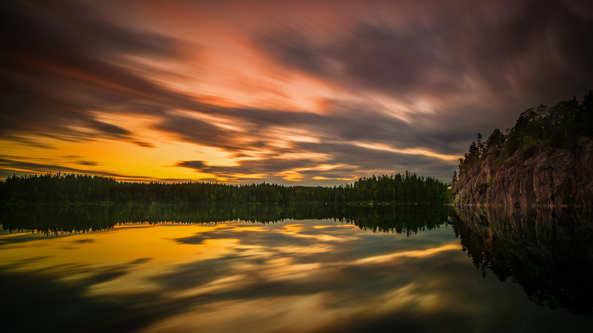 Midsummer light captured at a lake near the city of Örebro, Sweden © Anders Jorulf/Getty Images